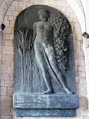 relieve Monumento a los EE UU en pasadizo exterior ayuntamiento Gran Plaza Mons Belgica 05