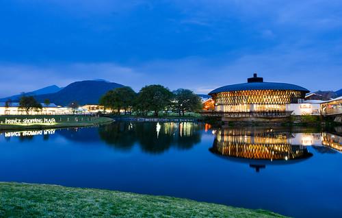 japan naganoprefecture karuizawa bluetime lighting reflection scenery outdoors karuizawaprinceshoppingplaza 日本 長野縣 輕井澤 王子購物廣場 倒影 藍色時光