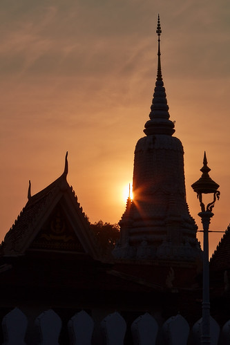 2018 cambodia phnompenh architecture sunset sky clear sunny sun backlight royalpalace kh