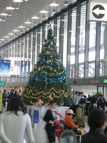 Christmas tree @ Itami airport   by jetalone